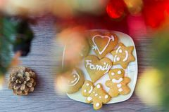Selbst gemachter Lebkuchen unter dem Christmass-Baum Stockfoto