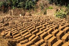 Selbst gemachter Lehmziegelstein, der in Uganda macht lizenzfreie stockbilder