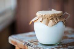 Selbst gemachter Milchjoghurt in den Gläsern lizenzfreie stockfotografie