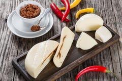 Selbst gemachter Mozzarella mit adjika oder rotem Pesto, Draufsicht Lizenzfreie Stockfotografie