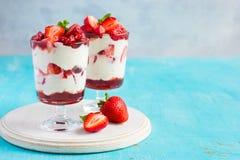 Selbst gemachter Nachtisch mit neuem Erdbeere-, Frischkäse und strawb Stockfotos