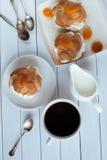 Selbst gemachter neuer Windbeutel mit Schlagsahne und Aprikosen, Tasse Kaffee und Milchkrug tonen Lizenzfreie Stockfotografie