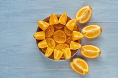 Selbst gemachter orange Kuchen mit frischen Orangen auf dem grauen Hintergrund Freiexemplarraum Zitrusfruchttorte Flache Lage Lizenzfreies Stockfoto