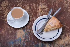 Selbst gemachter organischer Apfelkuchen- und Schalenkaffee Stockfotos