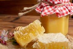 Selbst gemachter organischer Honig in der Bienenwabe vom Bauernhofbienenhaus auf Berg Stockfotografie