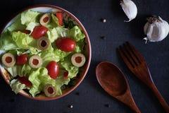 Selbst gemachter organischer Kopfsalat-Salat mit Tomate und Oliven Stockfoto