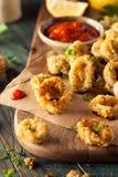 Selbst gemachter panierter Fried Calamari stockfotos