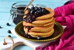 Selbst gemachter Pfannkuchen mit Blaubeermarmelade Stockfotos
