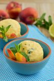 Selbst gemachter Pfirsichzitronengefrorener joghurt mit tadellosen Blättern Lizenzfreie Stockfotos