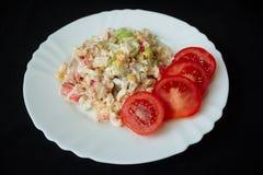 Selbst gemachter Salat auf weißer Platte Lizenzfreie Stockfotografie