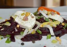 Selbst gemachter Salat mit Rote-Bete-Wurzeln, Winterendivie und Ziegenkäse Stockbild
