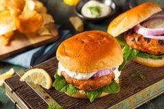 Selbst gemachter Salmon Burger mit Remoulade Lizenzfreie Stockbilder