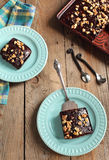 Selbst gemachter Schokoladenblattkuchen mit Nüssen Stockfotografie