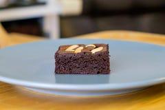 Selbst gemachter Schokoladenschokoladenkuchen mit Acajounuss im Teller Stockfotos