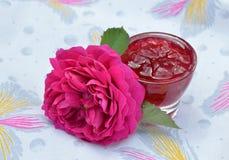 Selbst gemachter Stau von rosafarbenen Blumenblättern in der Glasschüssel und in der Blume Stockbild