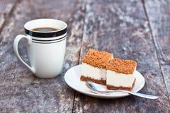 Selbst gemachter Tiramisu auf dem Tisch mit Kaffeetasse Lizenzfreie Stockfotografie