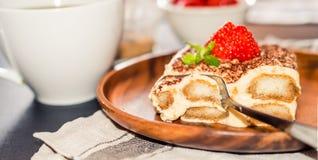 Selbst gemachter Tiramisukuchen verziert mit Erdbeeritalienischer Küche, selektiver Fokus lizenzfreie stockfotos