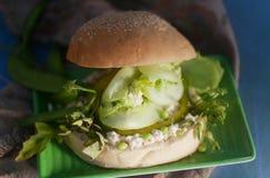Selbst gemachter vegetarischer Sojabohnenöl-Tofu-Burger mit Chips Lizenzfreie Stockfotos