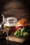 selbst gemachter Veggieburger in den Samen eines Brötchenindischen sesams des Bieres lizenzfreie stockfotos