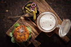 selbst gemachter Veggieburger in den Samen eines Brötchenindischen sesams des Bieres lizenzfreie stockfotografie