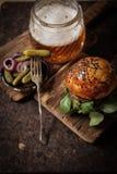 selbst gemachter Veggieburger in den Samen eines Brötchenindischen sesams des Bieres stockbild