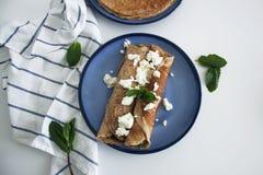 Selbst gemachter Vollweizen Spinat und Ricotta füllten Pfannkuchen stockbild