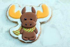 Selbst gemachter Weihnachtslebkuchen verziert in Form Rotwild oder eines Elchs auf dem weißen Hintergrund stockbild