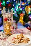 Selbst gemachter Weihnachtsplätzchen-Lebkuchen-Mann Unscharfer heller Baumhintergrund des neuen Jahres Flitter in einem blauen Gl Lizenzfreie Stockfotos
