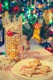 Selbst gemachter Weihnachtsplätzchen-Lebkuchen-Mann Unscharfes helles neues Jahr tr Lizenzfreie Stockfotografie