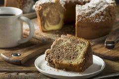 Selbst gemachter Zimt-Kaffee-Kuchen stockbilder