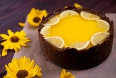 Selbst gemachter Zitronenkäsekuchen, geschmackvoll und saftig auf hölzernem backgrownd lizenzfreies stockfoto