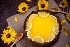 Selbst gemachter Zitronenkäsekuchen, geschmackvoll und saftig auf hölzernem backgrownd lizenzfreie stockfotografie