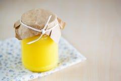 Selbst gemachter Zitronenklumpen im Glasgefäß Stockbild