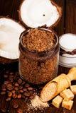 Selbst gemachter Zucker scheuert sich mit Kaffee auf einem hölzernen Hintergrund stockfoto