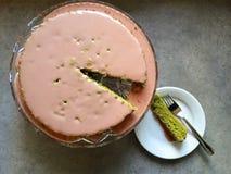 Selbst gemachtes Backen: matcha Kuchen grünen Tees mit rosa Kirschzuckerglasur Lizenzfreie Stockbilder