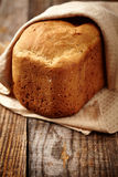 Selbst gemachtes Brot auf einem hölzernen Vorstand Lizenzfreies Stockbild