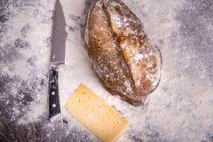 Selbst gemachtes Brot auf hölzernem Hintergrund stockbild