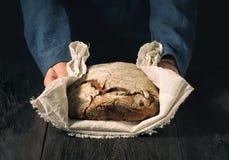 Selbst gemachtes Brot in den Händen lizenzfreie stockfotografie
