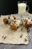 Selbst gemachtes Brot mit Äpfeln im Packpapier auf Gitter und im Glas Milch Stockfotografie