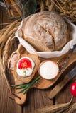 Selbst gemachtes Brot mit Sahne und Tomate Stockfotos