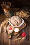 Selbst gemachtes Brot mit Sahne und Tomate Stockbilder