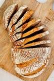 Selbst gemachtes Brot Rye-Sauerteigs auf hölzerner Platte Lizenzfreie Stockbilder