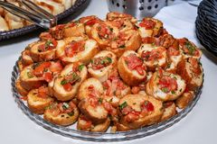 Selbst gemachtes bruschetti mit Tomate lizenzfreie stockfotografie