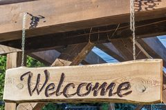 Selbst gemachtes einladendes Holzschild mit dem Aufschrift Willkommen lizenzfreie stockfotografie