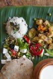 Selbst gemachtes Ernährungsgemüseragout, Reis, Salat, Jogurt, Chapati auf Bananenblatt Lizenzfreie Stockfotos