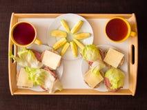 Selbst gemachtes Frühstück: Brot mit Käse, Schinken und letuce, mit appl Lizenzfreie Stockfotos