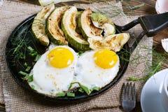 Selbst gemachtes Frühstück - durcheinandergemischte Eier, Zucchinischeiben und schwarzer Kaffee Lizenzfreie Stockbilder