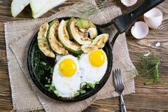 Selbst gemachtes Frühstück - durcheinandergemischte Eier, Zucchinischeiben und schwarzer Kaffee Lizenzfreie Stockfotografie