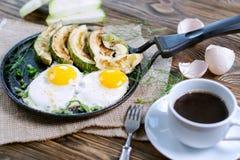Selbst gemachtes Frühstück - durcheinandergemischte Eier, Zucchinischeiben und schwarzer Kaffee Lizenzfreie Stockfotos