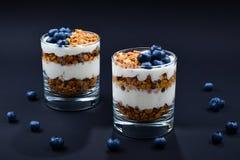 Selbst gemachtes gebackenes Granola mit Jogurt und Blaubeeren in einem Glas an lizenzfreie stockfotos
